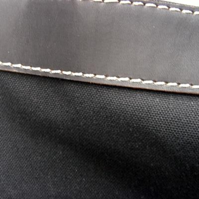 付属革は、表面を細かく起毛。帆布は細かい編み